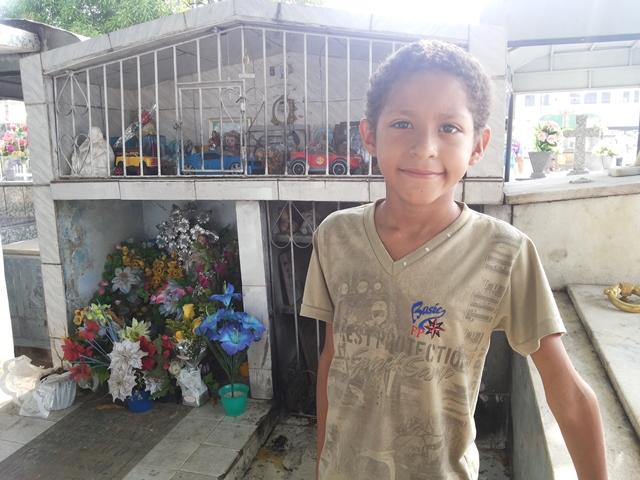 Marcelo foi à sepultura de Aquino pedir saúde para a avó que está doente. Fotos: Cássia Lima