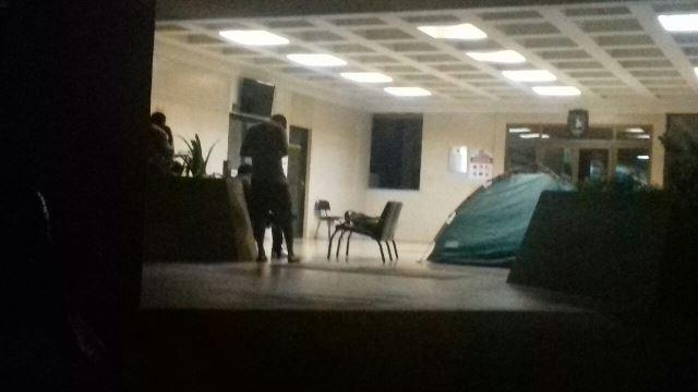 Alguns estudantes já acampam na frente da administração da universidade. Fotos: Cássia Lima