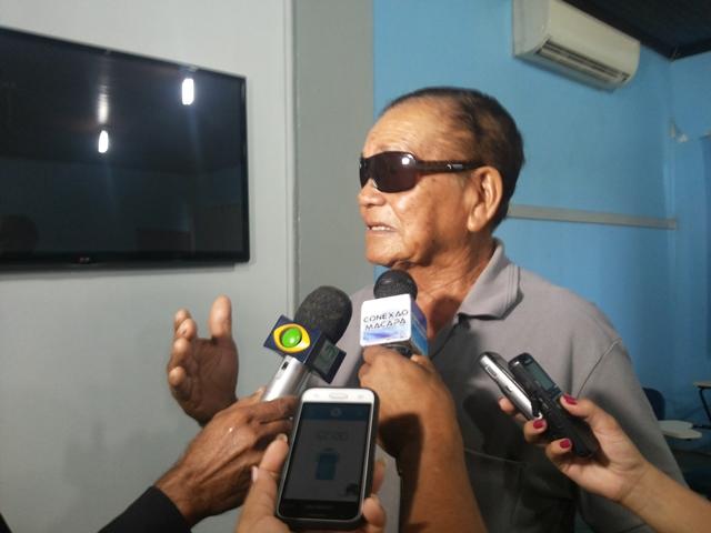 Raimundo Magave dá entrevista a jornalista no dia da coletiva com a Pastoral da Terra