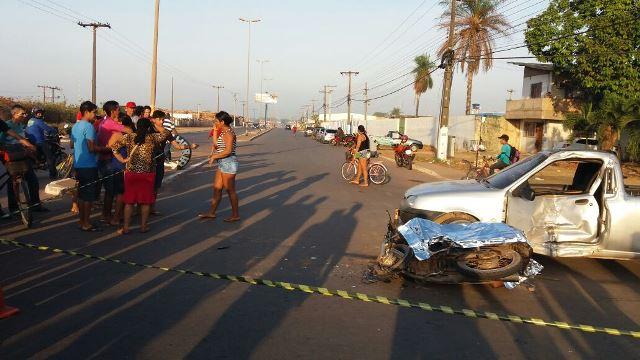 Corpo da vítima ficou preso entre a moto e o carro. Fotos: Olho de Boto