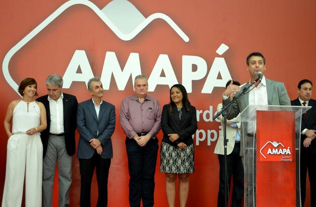 30 de julgo de 2013: prefeito Clécio Luis discursa na solenidade de inauguração observado pelos sócios do empreendimento. Foto: Edvaldo Chaves