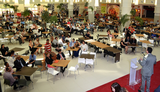 Praça de alimentação no dia da inauguração: apenas 20% das lojas funcionando