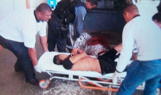 Assaltantes já chegaram sem vida no HE. Fotos: Olho de Boto