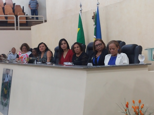 Deputadas ouviram o relato da ex-secretária de suposto abuso de autoridades por policiais. Fotos: Cássia Lima