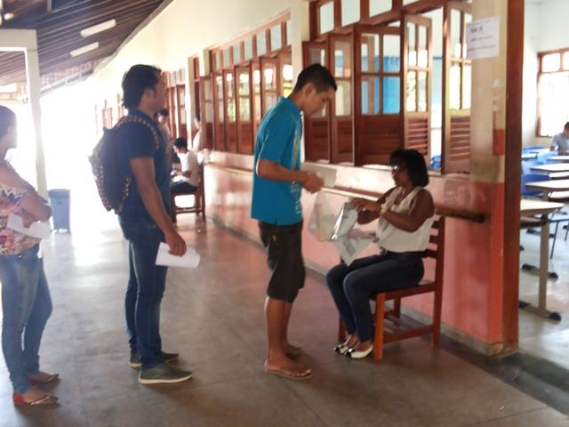 Candidatos chegaram cedo na escola para evitar problemas. Fotos: Cássia Lima