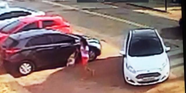 Câmera mostra carro do acusado deixando a menor na escola. Foto: Reprodução