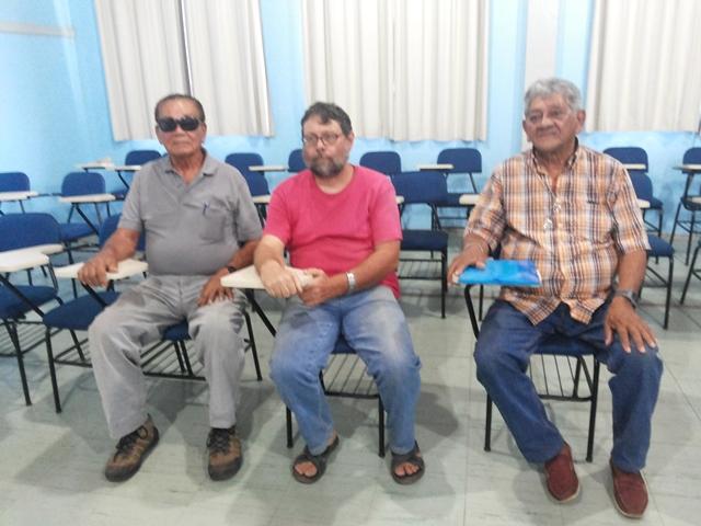 Irmãos Magave, acompanhados pelo padre Cisto magro (centro), da CPT