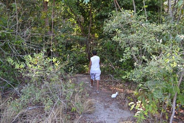 Morador mostra caminho usado pro bandidos. Fotos: André Silva