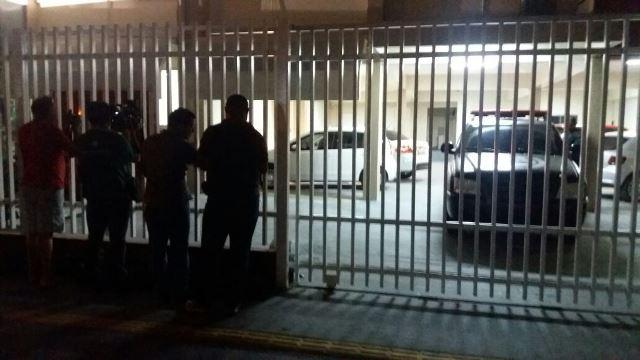 Imprensa do lado de fora da garagem do MP. Fotos: André Silva