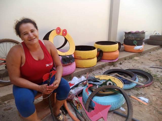 Sem aulas, estudante passa o dia fazendo artesanato