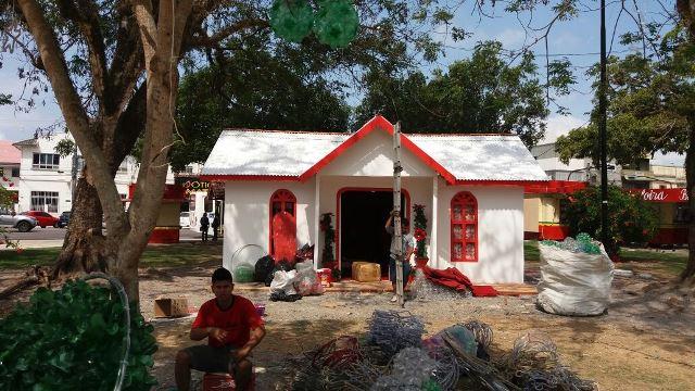 Funcionários finalizam a Casa do Papai Noel
