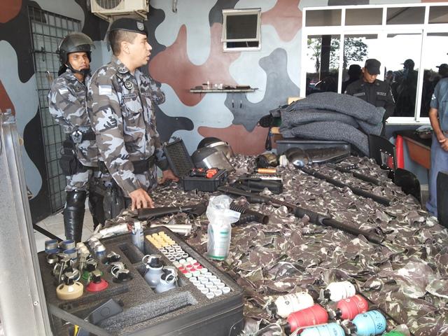 Jornalistas receberam instruções para simulação de uso de armas. Fotos: Cássia Lima