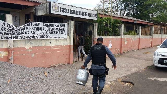 Policial carrega botijão de volta para escola. Fotos: Policiamento Escola/Divulgação