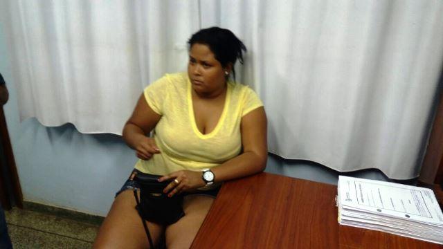 Cláudia Thaíse na delegacia: R$ 120 para apressar documentos e conseguir os contratos administrativos. Fotos: Olho de Boto