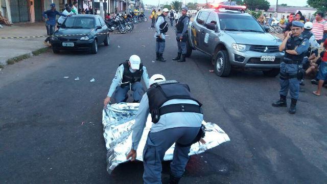 Policiais cobrem corpo da vítima