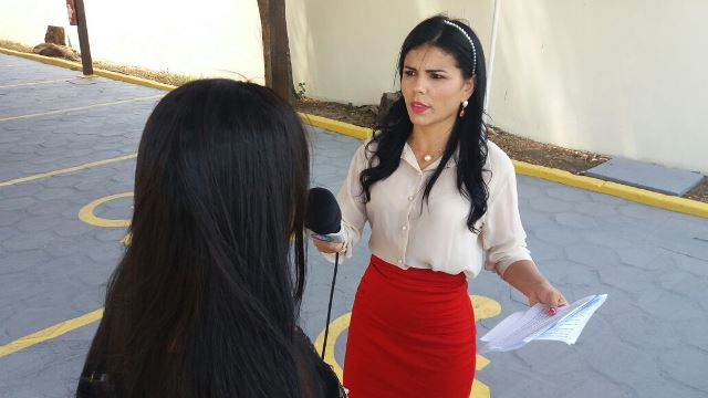 Mãe da menina de 13 anos conversa com Nelly Flan, repórter da Record em frente ao Ministério Público. Fotos: Olho de Boto