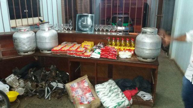 Fardos de alimentos, botijões e até um relógio de parede foi levado