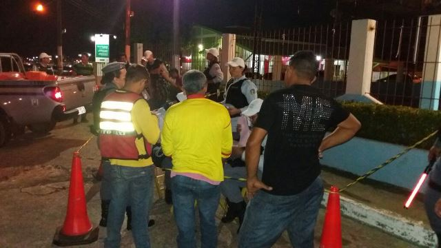 Policiais conversam com motoristas e mototaxistas. Fotos: Olho de Boto