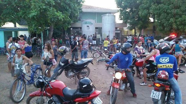 Multidão acompanha ocorrência na Avenida Nova Brasília. Fotos: Fernando Santos