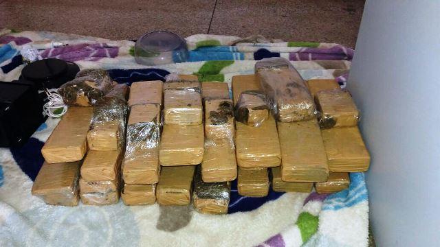 17 tabletes de maconha foram apreendidos. Fotos: Olho de Boto