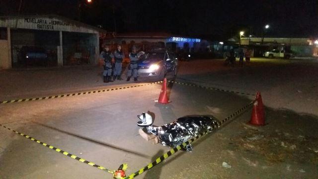 Vítima descia de uma moto quando foi alvejada. Fotos: Olho de Boto
