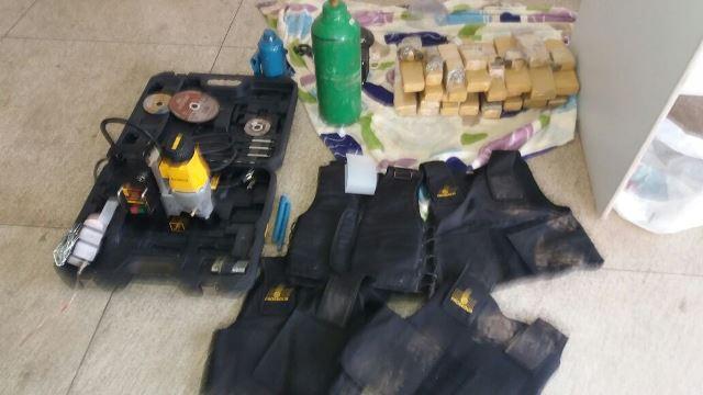 Coletes, equipamentos suspeitos e 17 quilos de drogas