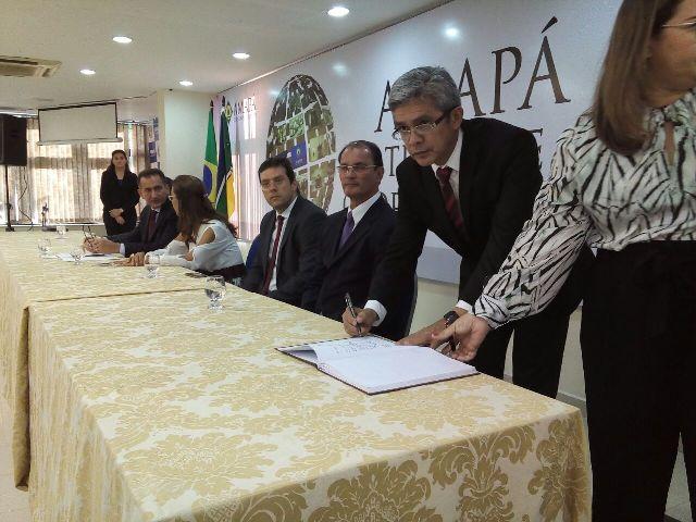 Novo secretário assina termo de posse: todo delegado sonha com esse cargo. Fotos: André Silva
