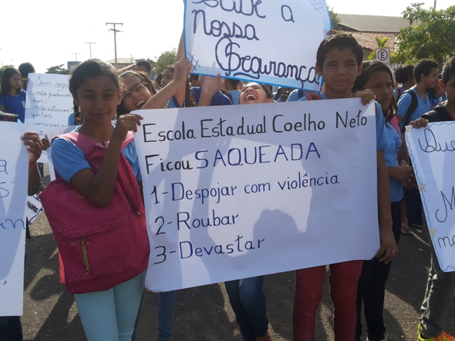 Escola saqueada, diz cartaz. Fotos: Cássia Lima