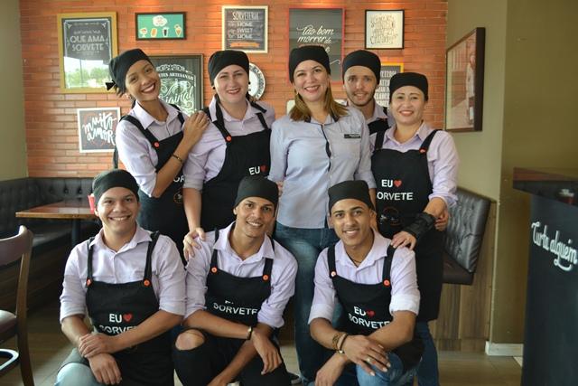 Equipe de funcionários da gelateria. Um ano de sucesso