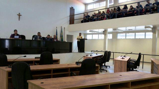 Único vereador ao lado de representantes de escola: sessão ocorreu mesmo assim