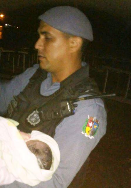 Soldado segura bebê logo após o parto. Fotos: Divulgação/PM