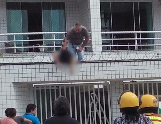 Morador tenta ajudar vítima que morreu na hora. Foto tirada por morador