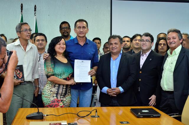 Governador com o projeto de lei que cria o sistema de cultura. Fotos: Erich Macias/Secom