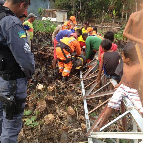 Funcionário foi retirado debaixo da torre com dores e dificuldades para respirar. Fotos: enviadas por moradores