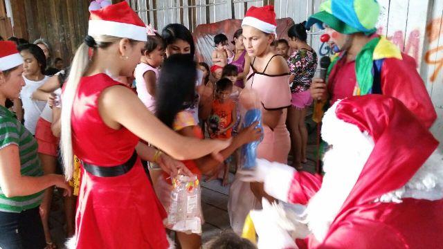 Brinquedos foram distribuídos para crianças do bairro. Fotos: Fernando Santos
