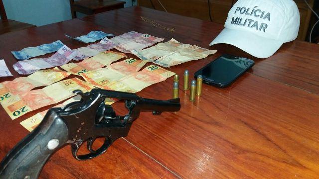 Arma e dinheiro que Neguinho levava da farmácia. Fotos: Olho de Boto