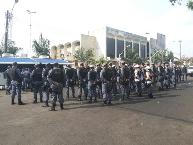 Mais de 200 policiais atuam nas ruas do comércio para trazer segurança. Fotos: Cássia Lima
