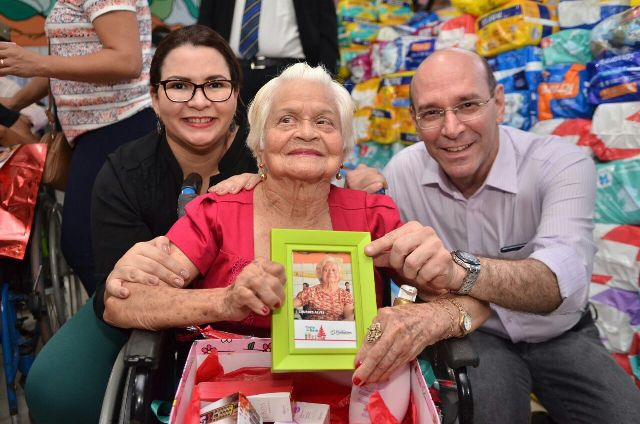Voluntários entregaram presentes para idosos que fizeram pedidos por cartas. Fotos: Ascom