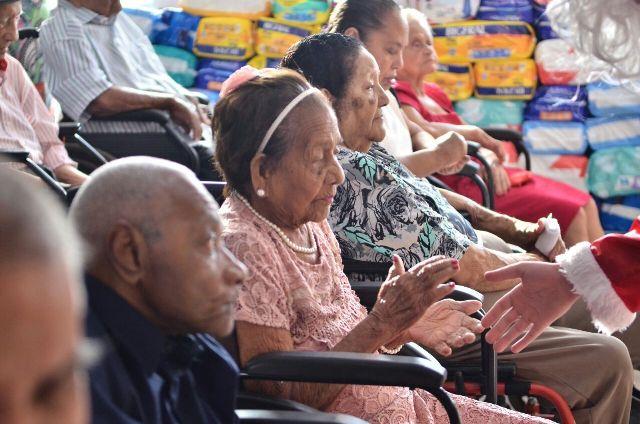 Moradores do abrigo participaram de festa da entrega dos presentes