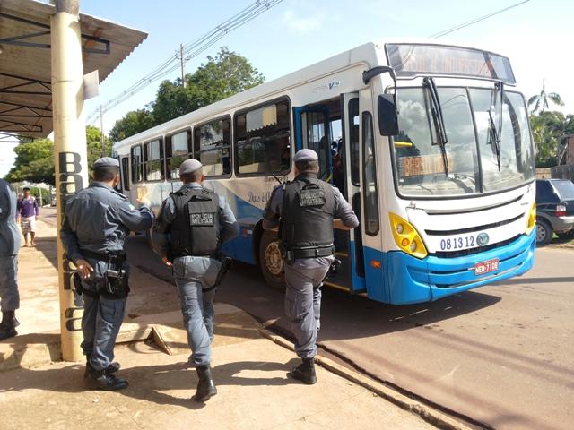 Policiais realizam abordagem de ônibus. Fotos: Cássia Lima
