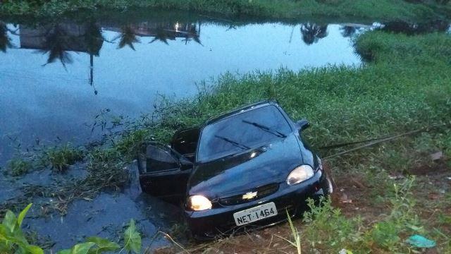 Carro é retirado do Canal do Beirol