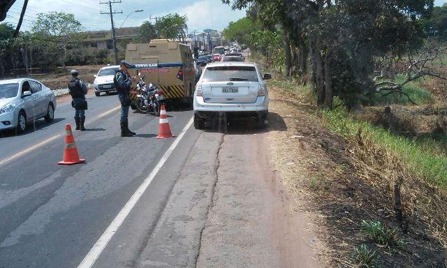 moto e carro-forte no local do acidente. Fotos: Cássia Lima