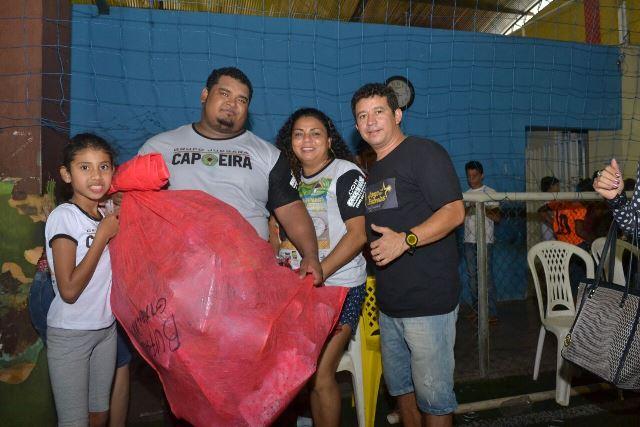 Representantes de projeto social recebem brinquedos de Edinoelson Trindade