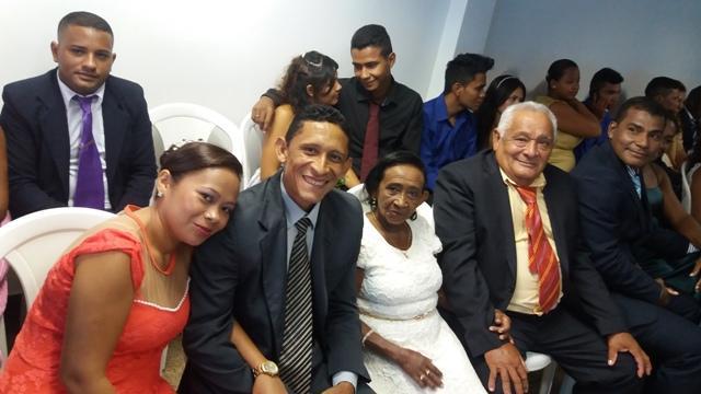 O casal de meio século, junto com o filho que também participa do casamento comunitário. Fotos: André Silva