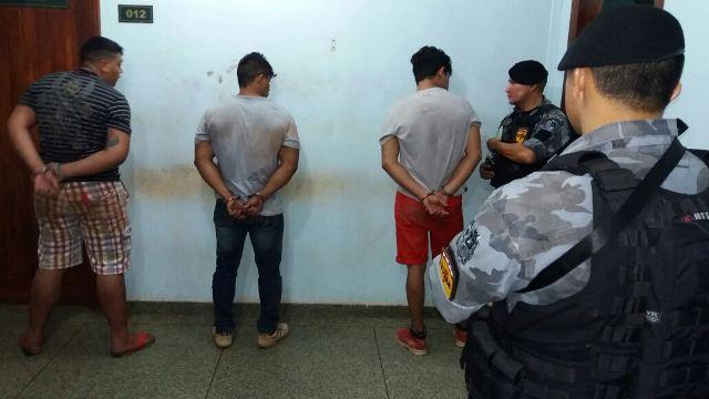 Após roubo fracassar, bandidos ainda tentaram fugir, mas foram capturados. Fotos: Olho de Boto