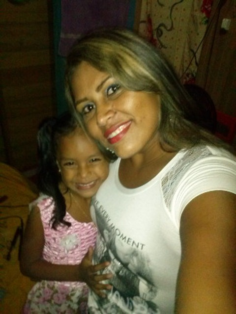 Maria Eduarda e a mãe, Wellany Taynara: pai entrou na casa e levou a menina sem que fosse visto. Fotos: arquivo familiar