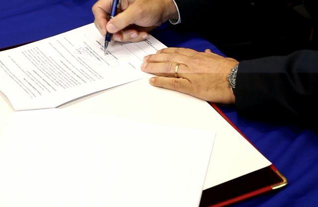 Representante do consórcio assina a ordem de serviço