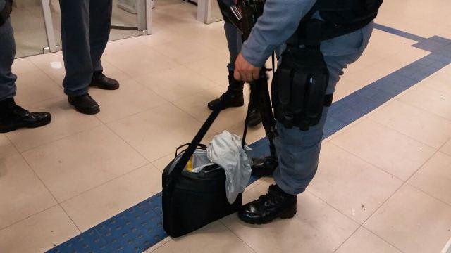 Após vasculhar dependências da agência, homem abandonou bolsa no local. Fotos: Olho de Boto