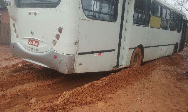 ônibus escolar tem dificuldade para trafegar