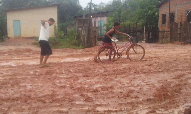 Criado há seis anos, obra de asfaltamento foi paralisada por conta da chuva. Fotos: André Silva